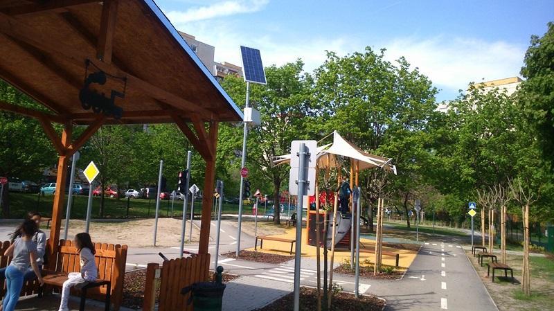 For-Vid napelemes játszótéri forgalomirányító berendezés csomópontokhoz és gyalogátkelőkhöz jelzőlámpákkal
